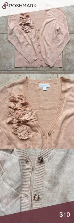 Beautiful peach cardigan! EUC - beautiful flower and pretty button details. Minor piling around armpits, but not noticeable (last picture). 🚫 Modeling New York & Company Sweaters Cardigans