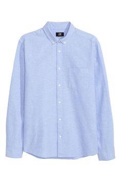 Bavlnená košeľa: Košeľa sdlhým rukávom zbavlnenej tkaniny snáprsným vreckom agolierom sgombíkmi. Štandardný strih.