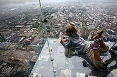 Balcony of floor Willis Tower Chicago (former Sears Tower) Uses Of Glass, Willis Tower Skydeck, Cool Pictures, Cool Photos, Funny Pictures, Glass Balcony, Glass Building, Glass Floor, The Journey
