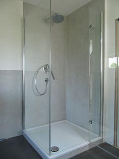 Im Rahmen der Sanierungsarbeiten bekam dieses Bad im Dachgeschoss eines alten Hauses ein neues Design. Die Wandflächen wurden hellgra...