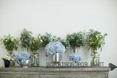 Almoço de noivado. Hortênsias azuis e arranjos asimétricos.  Foto Giselly Gonçalves para Blog Vestida de Noiva.