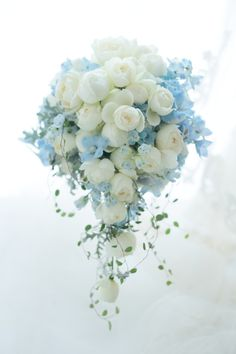 Semi-cascade bouquet Happoen-like waterfowl flying off Blue Wedding Flowers, Bride Flowers, Bride Bouquets, Flower Bouquet Wedding, Floral Bouquets, Floral Wedding, Wedding Colors, Beautiful Flowers, Cascade Bouquet