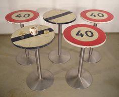 tables_mange_debout_insolites_avec_des_panneaux_de_signalisation_routiere