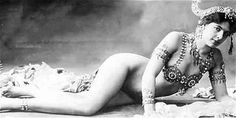 Mata Hari being Cleopatra. Mata Hari was a Dutch exotic dancer, courtesan, and accused spy who was executed by firing squad in France under charges of espionage for Germany during World War Mata Hari, Vintage Burlesque, Vintage Glam, Vintage Beauty, Vintage Woman, Fashion Vintage, Belle Epoque, Dick Cheney, Pin Up