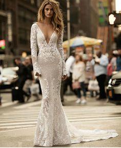Bom dia amores! Um #vestidodenoiva da @bertabridal de manhas longas pra começar essa véspera de feriado fria