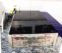 Para o cooktop de embutir não precisei cortar o mármore do apartamento alugado! Fiz uma caixa com restos de pallet de madeira. Para o efeito de patina: uma camada de cores variadas, uma camada de cera e uma camada final de branco. Esperar secar e passar a lixa para desgastar. Essa foi dica da mamãe! O gancho pra dar o charme custou R$6 numa loja de ferramentas da esquina.  #cooktop #kitchen #cheap #solution #pallet #diy
