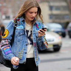 Street style de jaqueta jeans com patches.