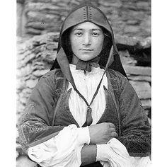 Guido Costa  - Desulo, Primo piano di giovane donna che indossa l'abito tradizionale