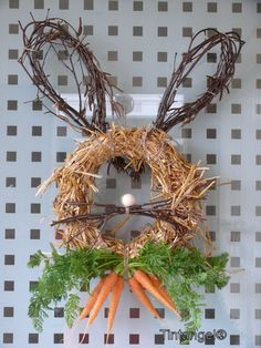 Love this straw wreath with grapevine ears and carrot tie :) This might make my door this year! Candy Wreath, Straw Wreath, Diy Easter Decorations, Decoration Table, Diy Osterschmuck, Cute Easter Bunny, Diy Ostern, Easter Celebration, Wreath Crafts