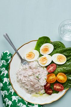 A keto meal in fifteen minutes? Creamy tuna salad served on crisp lettuce accompanied by eggs cooked to perfection and some tomatoes to brighten the plate. So easy. So tasty. So keto. Dairy Free Recipes, Egg Recipes, Salmon Recipes, Diet Recipes, Healthy Recipes, Diet Doctor Recipes, Lunch Recipes, Healthy Foods, Keto Tuna Salad