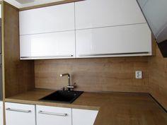 Kuchyně bílá - dřevo Wood Tile Kitchen, Kitchen Room Design, Kitchen Sets, Kitchen Backsplash, Kitchen Decor, Kitchen Cabinets, Home Kitchens, Home Decor, Mini Kitchen