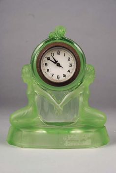 Art Deco clock in green vaseline glass Old Clocks, Antique Clocks, Art Nouveau, Clock Vintage, Vintage Art, Marie Von Ebner Eschenbach, Modernisme, Vaseline Glass, Art Deco Design