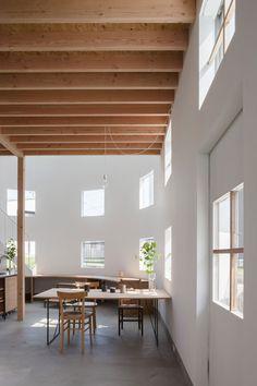 Tato Architects, Shinkenchiku-sha · House in Hikone Modern Japanese Interior, Japanese Modern House, Modern Japanese Architecture, Space Architecture, Japanese Design, Concrete Interiors, Curved Walls, House Inside, Architect House