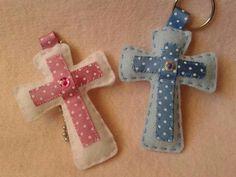 Cruces en fieltro. Felt crosses. Búscame en Facebook: Mi corazón es de fieltro Felt Ornaments Patterns, Fabric Ornaments, Felt Patterns, Crafts To Do, Felt Crafts, Easter Crafts, Crafts For Kids, Christening Giveaways, Christening Gifts