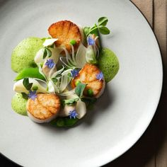 haute couture dress bourgeoisie couture couture dresses couture kleider couture rose couture rules cuisine When scallops meet spring. Seared with razor clams, spring onion and snap peas by Daniel Humm 📷 by -- - - - - -… Food Design, Gourmet Food Plating, Plate Presentation, Scallop Recipes, Culinary Arts, Restaurant Recipes, Gourmet Recipes, Gourmet Desserts, Plated Desserts