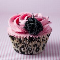 Cupcakes de helado de fresa con topping de carbón de azúcar!! de Alma Obregon que es lo maximooo!!!