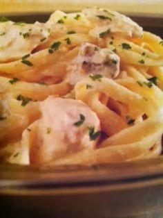 Easy crockpot recipes: Chicken & Mushroom Fettuccini Alfredo Crockpot Recipe. Gonna try this one next week.