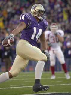 Tight end Jerramy Stevens of the Washington Huskies runs into the end zone for a fourthquarter touchdown during the Pac10 Conference football game...