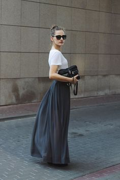 How to look casual chic in a maxi skirt. Look Fashion, Fashion Beauty, Fashion Women, Net Fashion, Latex Fashion, Fashion Black, Gothic Fashion, Grey Maxi Skirts, Gray Maxi