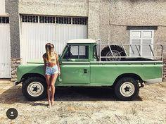 Houd je van mooie vrouwen? En Land Rover Defenders? Dan hebben we de break voor jou