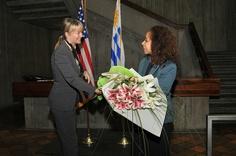 La embajadora Julissa Reynoso recibiendo en su primer día de trabajo, un buquet de flores de parte del staff de la Embajada de los Estados Unidos en Uruguay