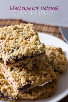 Blackcurrant Oatmeal Cookie Bars | Annie's Noms - Crumbly oatmeal cookie bars filled with oozing blackcurrant jam, a perfect sweet treat!
