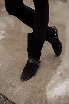 Todas las imágenes de street style en Mercedes Benz Fashion Week Madrid: Anja Kazakova con botas de inspiración ecuestre