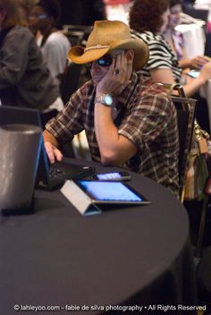 Could he be sleeping? lol @Mafiahairdreser incognito at #bbsummit12 @hardrockchicago