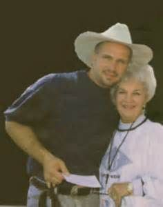 Garth & his momma Country Music Artists, Country Music Stars, Country Singers, Call Me Claus, Jason Aldean Concert, Famous Musicals, Real People, Famous People, Entertainer Of The Year