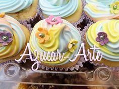 Cupcakes de vainilla rellenos con dulce de frutos rojos, top de merengue de colores y flore de pastillaje. www.azucar-arte.com.ar