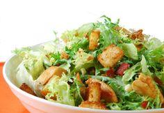 A salada ceasar, com alface romana e croûtons temperados com azeite de oliva, ovo, suco de limão, molho inglês e pimenta preta, é deliciosa!