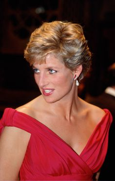 November Diana Princess of Wales attends a performance by the Welsh National Opera during a visit to Japan. Princess Diana Family, Princess Of Wales, Princesa Diana, Diana Fashion, Isabel Ii, Lady Diana Spencer, Queen Of Hearts, Famous Faces, British Royals