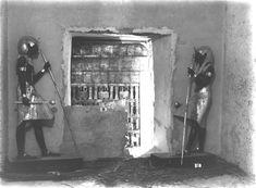 The Griffith Institute Tutankhamun: Anatomy of an Excavation The Howard Carter Archives Photographs by Harry Burton / Ka statues of Tutankhamon as guardians before the doorway of Tutankhamon's burial chamber.