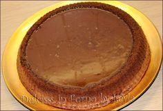 Torta Lindt, ricetta golosissima al cioccolato - INGREDIENTI (10 porzioni – stampo da crostata da 28 cm) - 100 g. di farina - 130 g. di zucchero - 3 uova - 3 cucchiai di acqua calda - 50 g. burro - 100 g. di cioccolato fondente - 1 cucchiaino raso di lievito per dolci Per la glassa Lindt: - 100 g. cioccolato al latte Lindt - 100 g. di Lindor al latte (cioccolatini o tavoletta) - 200 ml di panna fresca non zuccherata - 50 g. burro