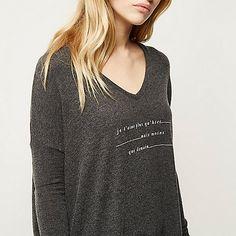 Grey slogan print V-neck top // je t'aime plus qu'hier mais moins que demain