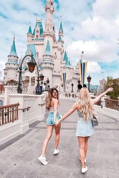 Planning a trip to Disney World soon? These genius Disney World hacks will save you time and money and make your trip as magical as possible. Disney World Fotos, Viaje A Disney World, Disney World Trip, Disney Vacations, Disney Trips, Cute Disney Pictures, Disney World Pictures, Disney Rapunzel, Disney Disney