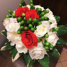 With love. #lovegesture #bouquet #flowers #roses #red #white 💞🌹💐