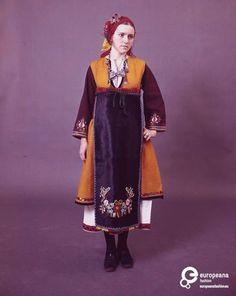 Τύπος της γυναικείας νυφικής ή γιορτινής φορεσιάς από τη Μακρά Γέφυρα (Ζαλούφι). Φοριόταν από τους πρόσφυγες που διασκορπίστηκαν σε πολλά χωριά της Β. Ελλάδας. Ημερομηνία: Late 19th c.   Ημερομηνία δημιουργίας: 1800/1899  Συλλέκτης: Peloponnesian Folklore Foundation   Ίδρυμα: Europeana Fashion