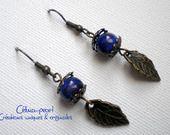 Boucles d'oreille perle bleue & feuille bronze : Boucles d'oreille par celina-pearl