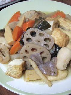 Rais de lótus, cenoura, nabo, inhame, gobô, algas ,cogumelo preto, tofu, konhaku , kamaboku, frango e muito amor nos temperos...