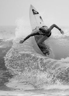 Schwarz-Weiß-Fotografie Black and white photography Surfer Girls, Waves Photography, White Photography, Kitesurfing, Surf Table, Photo Surf, Surf Mar, Surfing Pictures, Beach Aesthetic