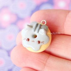 💕 Here is a Pusheen donut charm I made! 🐱🍩 I'm on school holidays atm for 2 weeks so I'm looking forward to making some new designs to share! Polymer Clay Kunst, Polymer Clay Kawaii, Polymer Clay Animals, Polymer Clay Miniatures, Fimo Clay, Polymer Clay Charms, Polymer Clay Projects, Polymer Clay Creations, Clay Crafts