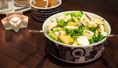 Tämä salaatti on yhtä aikaa raikas, keveä, hedelmäisen makea ja ruokaisa. Rapea salaatti yhdessä melonien ja viinirypäleiden kanssa tekevät raikkaan hedelmäisen pohjan, johon punasipuli tuo hiukan … Sprouts, Potato Salad, Beverages, Drinks, Potatoes, Vegetables, Ethnic Recipes, Food, Printables