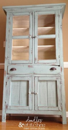 Doodles & Stitches: Dorotha Pie Safe - I want one of these for my craft storage Distressed Furniture, Shabby Chic Furniture, Antique Furniture, Antique Hutch, Paint Furniture, Furniture Makeover, Antique Pie Safe, Deco Zen, Annie Sloan Paints