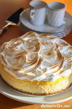 Lemon Meringue Cheesecake (Ostekake med sitronkrem og marengs) | Det søte liv Lemon Meringue Cheesecake Factory Recipe, Cheesecake Factory Recipes, Pudding Desserts, Baked Goods, Latte, Deserts, Food And Drink, Sweets, Merengue