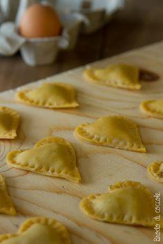 RAVIOLI di MELANZANE  INGREDIENTI 1 uovo 100 g di farina (per me tipo 0) Acqua a temperatura ambiente qb 250 g di passata di pomodoro 3-4 foglie di basilico (o un cucchiaio di basilico secco) Un cucchiaino di timo sbriciolato (fresco o secco) 1 melanzana di medie dimensioni 3-4 cucchiai di pecorino grattugiato Mezza cipolla Olio EVO Sale Pasta Maker, Tortellini, Fresh Pasta, Italian Pasta, Homemade Pasta, Food Humor, Gnocchi, Crepes, How To Cook Pasta
