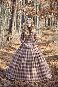 This dress is made entirely from a heavy weight plaid fashion fabric, which has a texture similar to wool (with a much smaller price tag)! It's trimmed with green material of the same weight and vi… Civil War Fashion, 1800s Fashion, Victorian Fashion, Vintage Fashion, Historical Costume, Historical Clothing, Robes Disney, Pioneer Clothing, Vintage Dresses