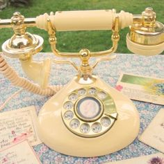Long Distance Wedding Theme : Maybe find a bunch of vintage/old/used phones at thrift stores etc. then have them painted your colors for the wedding and use them as decor Vintage Phones, Vintage Telephone, Vintage Love, Retro Vintage, Vintage Items, Et Phone Home, House Phone, Antique Phone, Yard Sale Finds