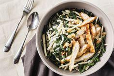 Salade au Poulet Croustillant au Kale Toscan, au Céleri-rave et aux Noisettes Grillées Celerie Rave, Kale, Ethnic Recipes, Food, Poultry, Recipes, Kitchens, Collard Greens, Essen