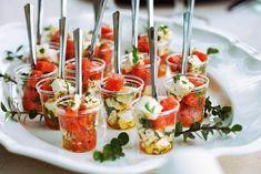 apéritif dinatoire simple salade de fet a et pasteque dans une assiette salade grecque pour mariage été Mini Quiches, Mini Pizza, Vegetables, Food, Cheese Quiche, Sushi Platter, Tuna Tartar, Veggie Food, Vegetable Recipes